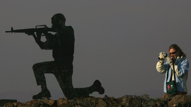 Una turista israelí toma una fotografía en el monte Bental de los Altos del Golán