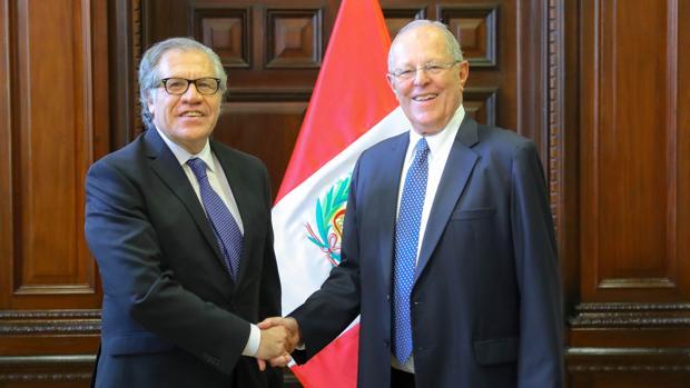 Fotografía cedida por Presidencia de la República del secretario general de la Organización de Estados Americanos (OEA), Luis Almagro (i), quien saluda al presidente de la República, Pedro Pablo Kuczynski (d), durante su encuentro en Lima (Perú)