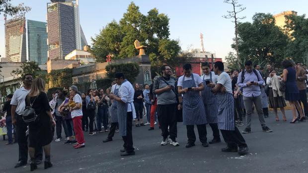 La gente aguarda noticias sobre el terremoto en las calles de Ciudad de México
