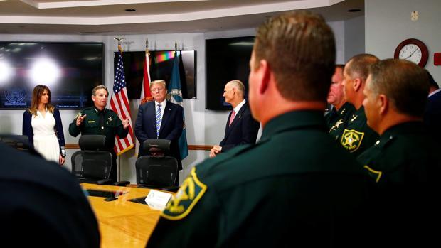 Trump y la primera dama, en la visita a la Oficina del Sheriff del condado de Broward tras la masacre de Florida
