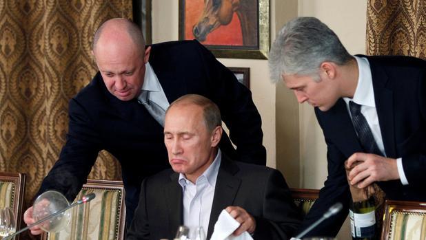 vgeny Prigozhin (I) asiste al primer ministro ruso Vladimir Putin