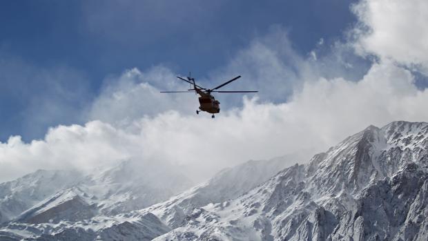 Uno de los helicópteros que buscaba los restos del avión