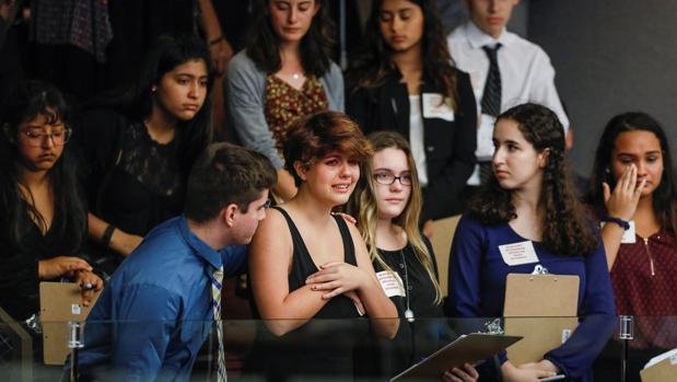 Estudiantes supervivientes de la matanza de Parkland asisten a la Cámara de Florida