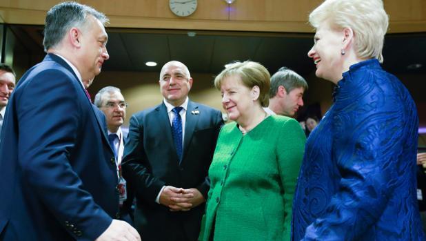 Merkel habla con Orban, ayer en la cumbre de Bruselas