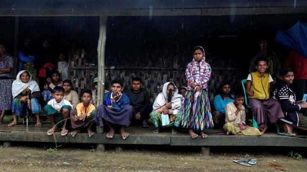 Varias personas pertenecientes a la minoría musulmana rohinyá esperan para recibir su Cartilla de Verificación Nacional (NVC) en la localidad de MyaePone, en el estado de Rakhine (Birmania)