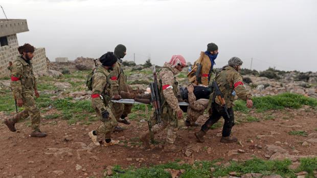 Miembros del Ejército Sirio Libre, respaldado por Turquía, trasladan a un herido en Afrín