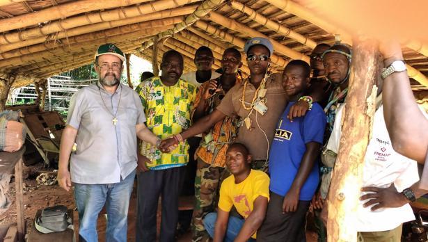 El obispo de Bangassou, Juan José Aguirre negocia un alto el fuego con miembros de la anti-balaka, milicia que mata a musulmanes