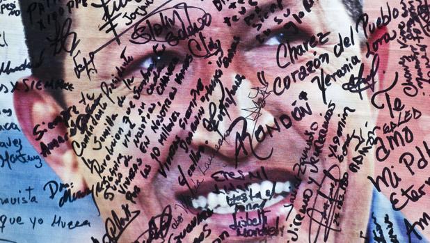 Un cartel de Hugo Chávez, cubierto de mensajes tras la muerte del mandatario venezolano en 2013