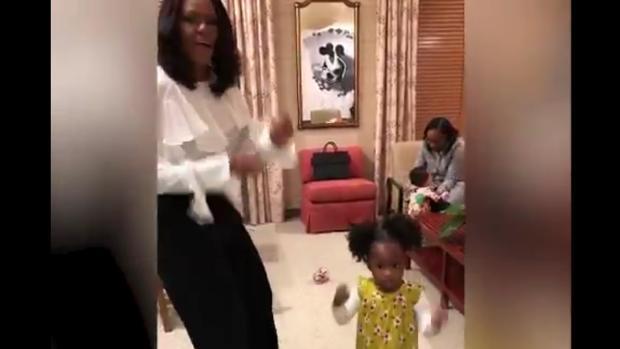 Michelle Obama baila con la pequeña Parker en un vídeo subido a Twitter