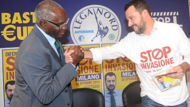 Toni Iwobi se saluda con Matteo Salvini