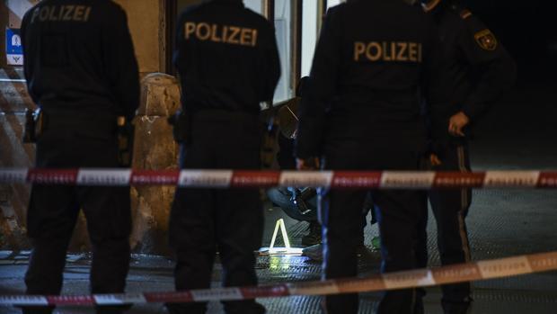 Policías revisan el área este miércoles 7 de marzo de 2018 en el Praterstrasse, en Viena (Austria)