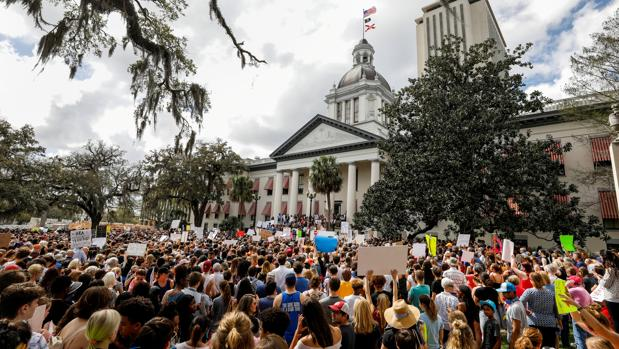 Manifestantes piden en febrero ante el Capitolio de Florida, en Tallahassee, la reforma de las leyes sobre armas