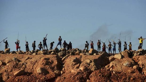 Un grupo de indígenas protestan contra la construcción de la central hidroeléctrica de Belo Monte en Vitoria do Xingú, en julio de 2012