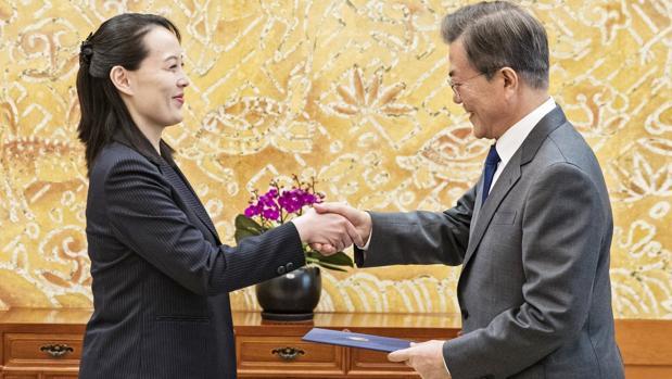 Moon Jae-in saluda a Kim Yo-jong, hermana del líder norcoreano, Kim Jong-un, el pasado 10 de febrero en Seúl