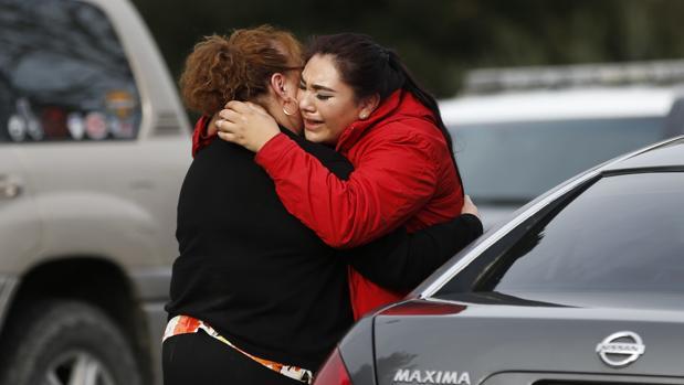 Una mujer se abraza a otra tras salir de la toma de rehenes en la residencia