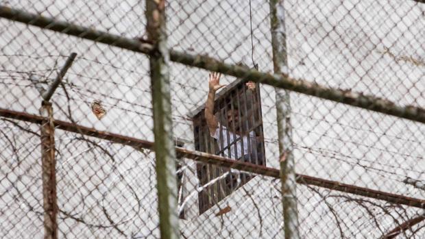 El opositor Leopoldo López saluda desde su celda de Ramo Verde cuando estaba preso en 2014