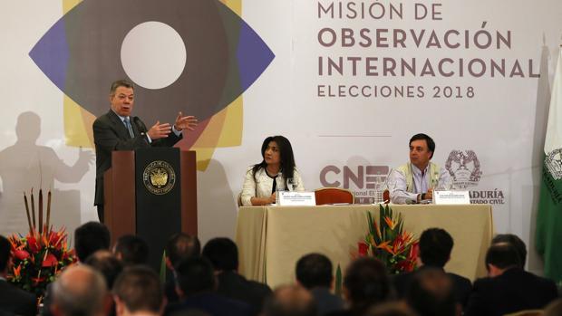 El presidente Santos habla a la misión internacional de observadores de los comicios