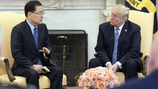 Donald Trump con el consejero de seguridad nacional de Corea del Sur, Chung Eui-yong, este jueves en la Casa Blanca