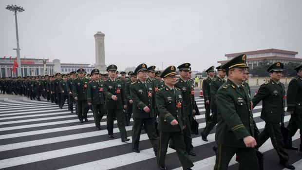 Militares chinos se dirigen hacia el Gran Palacio del Pueblo, el pasado domingo en Pekín