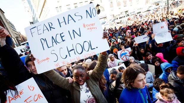Estudiantes participan en el paro realizado a nivel nacional para protestar contra la violencia por armas de fuego, en Nueva York