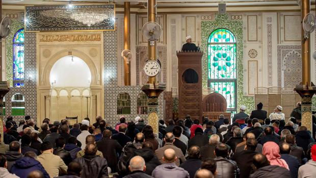 Un clérigo predica en el interior de la Gran Mezquita de Bruselas poco después de los atentados de marzo de 2016