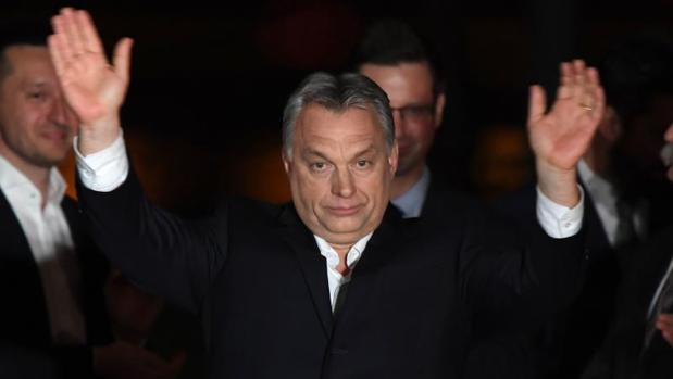 El primer ministro húngaro, Viktor Orban, celebra el triunfo de su partido, este domingo en Budapest