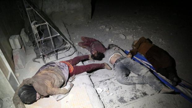 Algunas de las víctimas del ataque químico contra el enclave rebelde de Duma, en Siria