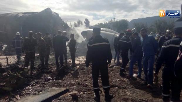 Militares y equipos de socorro junto a los restos del avión estrellado cerca de Argel