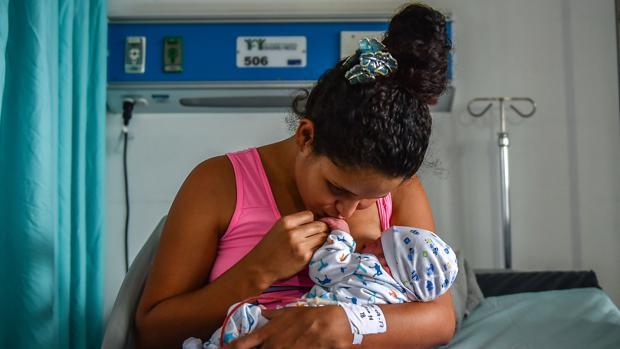 Fotografía de archivo de una mujer y su hio recién nacido en un hospital venezolano en plena crisis humanitaria