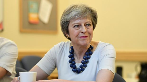 Theresa May, durante su visita a un hospital en Cambridge