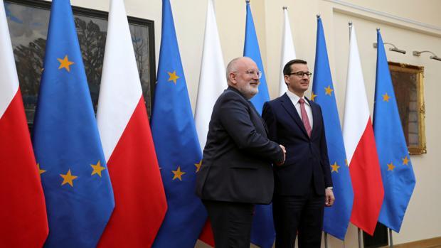 El prumer ministro polaco y el vicepresidente de la Comisión Timmermans (a la izquierda), el lunes en Varsovia