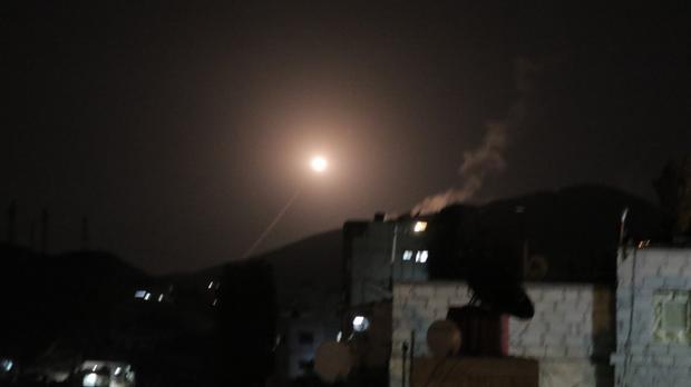 Un misil de las defensas aéreas de la Fuerza Aérea Siria intenta interceptar un misil de la coalición en los cielos de Damasco, Siria.