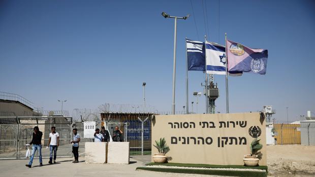 Inmigrantes africanos después de ser liberados de la prisión de Saharonim en el desierto de Negev