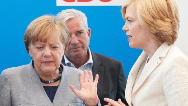 Merkel, con los vicepresidentes de la CDU, Thomas Strobl y Julia Kloeckner, al inicio de una reunión del partido