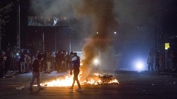 Manifestantes queman decenas de objetas durante las protestas de la pasada noche en rechazo a las reformas a la Seguridad Social