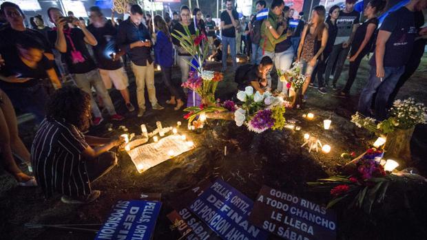 Jóvenes rinden homenaje homenaje a estudiantes que murieron en una protesta la semana pasada