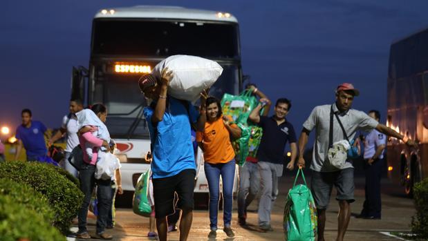 Venezolanos llegan al aeropuerto de Boa Vista en Brasil