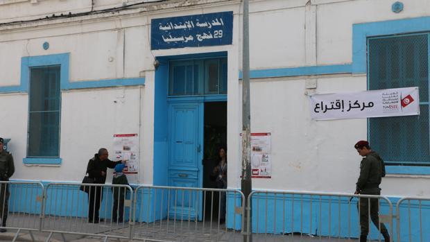 Más de cinco millones de tunecinos están llamados este domingo a las urnas para las primeras elecciones libres de esta naturaleza, un proceso histórico que pone fin a la transición y que ha despertado escaso interés en la población pese a que son claves para el futuro