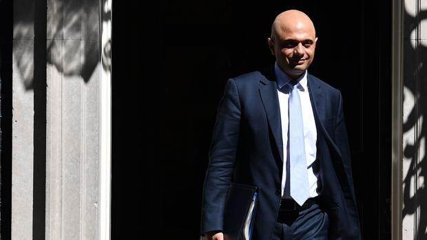 El ministro del Interior de Gran Bretaña, Sajid Javid, se va después de asistir a la reunión semanal del gabinete en Downing Street, en el centro de Londres