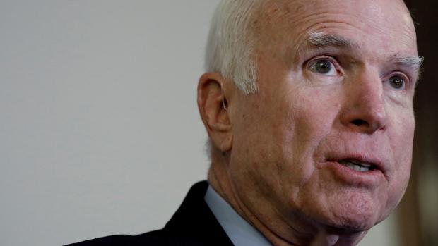 El senador John McCain mantiene tensas relaciones con el presidente estadounidense