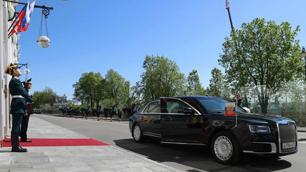 La nueva limusina de Putin espera la bajada del mandatario tras haber tomado posesión de su cargo