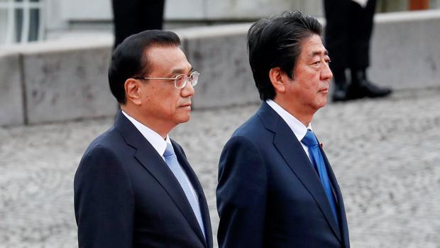 El primer ministro japonés, Shinzo Abe (dcha), y su homólogo chino, Li Keqiang