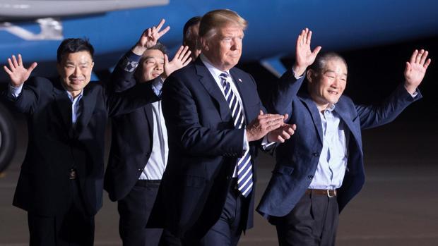El presidente de EE.UU., Donald J. Trump (c), recibe a los tres presos estadounidenses liberados por Corea del Norte Tony Kim (izq), Kim Dong-Chul (c, detrás) y Kim Hak-Song (dcha), en la base militar de Andrews en Maryland (Estados Unidos)