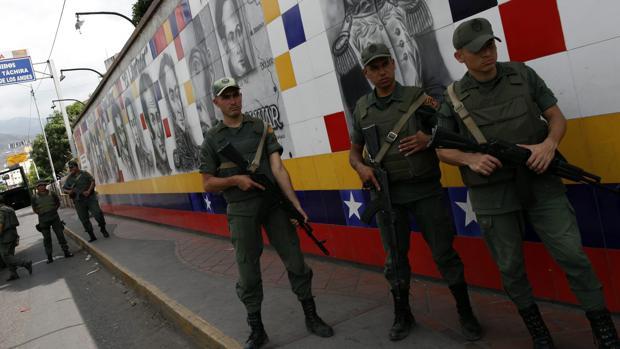Soldados de la Guardia Nacional Venezolana vigilan la frontera con Colombia