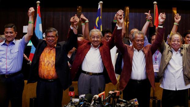 Mahathir Mohamad, en el centro de la imagen, tras conocerse su victoria en las elecciones
