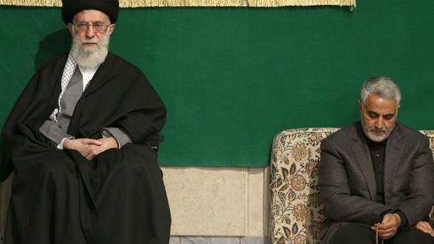 El líder supremo de Irán, el ayatolá Alí Jamenei, junto a Qassem Suleimani, el hombre fuerte de Al Quds