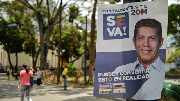Cartel electoral de Henri Falcón en una calle de Venezuela