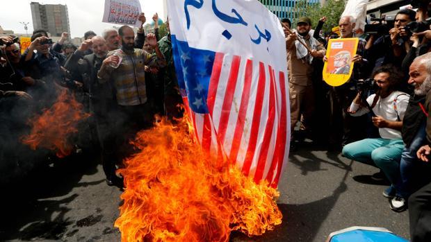 Un grupo de manifestantes iraníes queman una bandera de los EE.UU. en Teherán