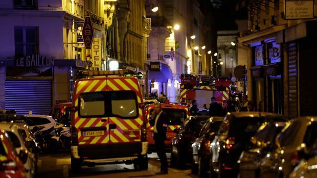 Dispositivo de policía y ambulancias en el lugar de la agresión