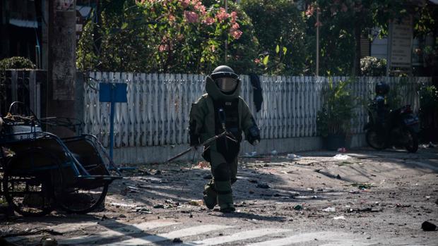 Un especialista en bombas, en las inmediaciones de la iglesia católica inmaculada Santa María, después de la explosión